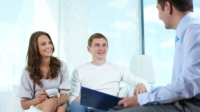 mortgage-broker-with-couple-lead